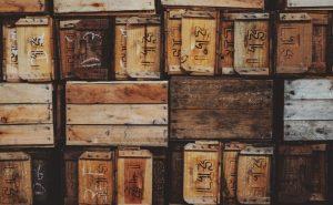 Szafka ze skrzynek drewnianych w salonie